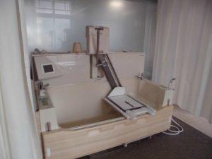 機械浴で車いすの方も入浴可能です
